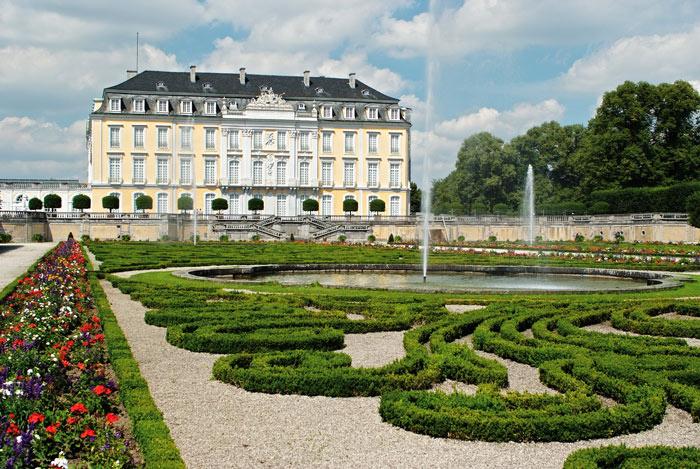 Lâu đài Augustusburg và Falkenlust  mang phong cách kiến trúc rococo một cách lộng lẫy, hào nhoáng.