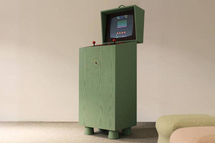 Máy chơi game này được Lấy cảm hứng từ những máy chơi game thùng thời 8-bit.