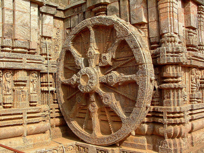24 bánh xe bên ngoài đền thờ với những nét điêu khắc về những động cơ, trục bánh xe tượng trưng cho chu kỳ của các mùa và các tháng