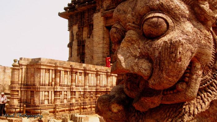 Samba bị bệnh phong và sau mười hai năm sám hối, ông đã được thần Surya chữa lành bệnh vì thế ông đã cho xây dựng ngôi đền này như lời cảm tạ đến thần mặt trời.