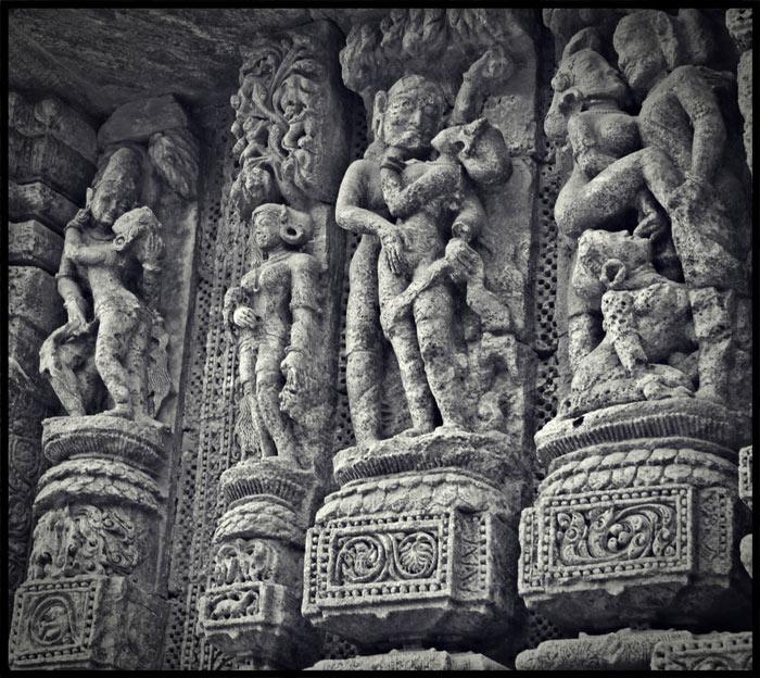 Chạy quanh hai bên tường là hàng nghìn bức phù điều được cham khắc tinh tế với nhiều chủ để từ nhạc sĩ, vũ công đến những hình ảnh có nội dung về tình dục.