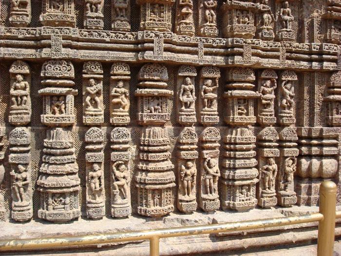 Hàng nghìn bức phù điều được cham khắc tinh tế