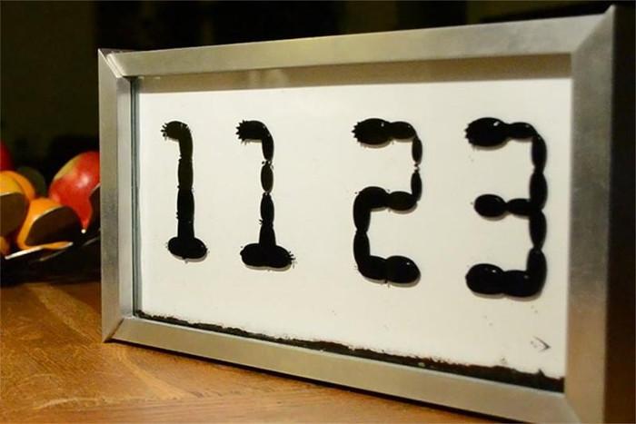 Đồng hồ với mặt số được hình thành từ những giọt nước biết đi.
