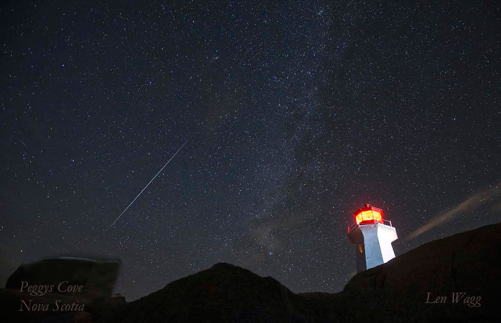 Sao băng bên đèn biển Peggys Cove ở Nova Scotia (Canada)