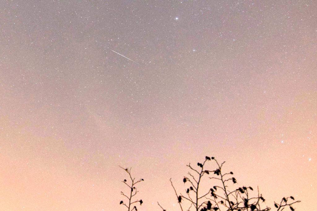 Tương tự Kelvin Palmer, Marc Charron chụp được bức ảnh này vào lúc hơn 10 giờ tối đêm qua trên bầu trời nước Anh.