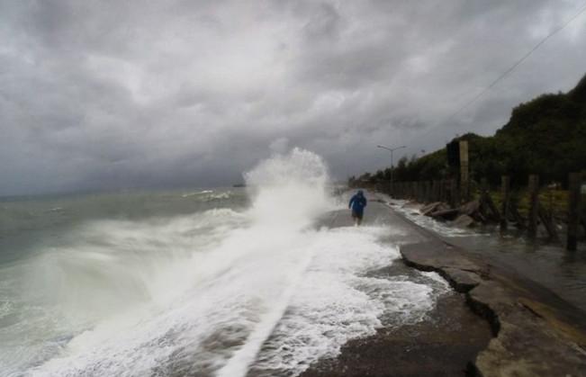 Siêu bão Melor quét qua khu vực trung tâm của Philippines sáng nay mang theo mưa lớn và gió giật mạnh.