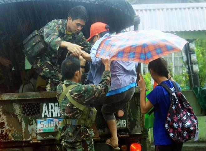 Các binh sĩ sơ tán người dân khỏi khu vực nguy hiểm ở tỉnh Albay.