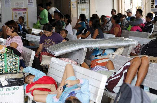 Hành khách bị mắc kẹt ở cảng Hagnaya, phía bắc đảo Cebu hôm 14/12.