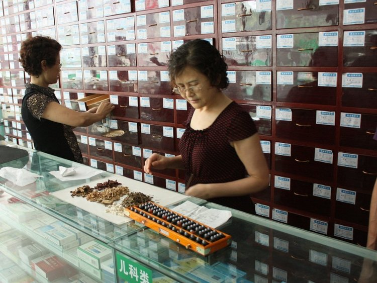 Các bài thuốc đông y Trung Quốc có thể bài chế dưới dạng bột, viên nhộng, hoặc thảo dược phơi khô.