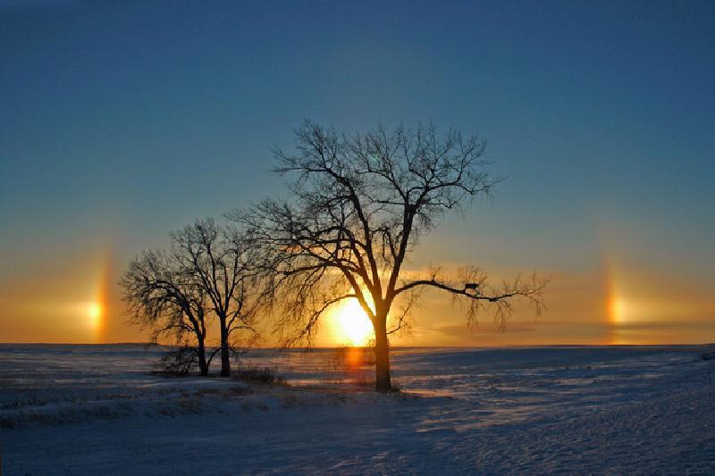 """Ảo nhật hay Mặt trời giả là những điểm sáng xuất hiện cách Mặt trời khoảng 22 độ và có cùng một khoảng cách phía trên đường chân trời. Hiện tượng này đã được biết đến từ thời cổ đại và đôi khi được gọi là """"đa Mặt trời""""."""