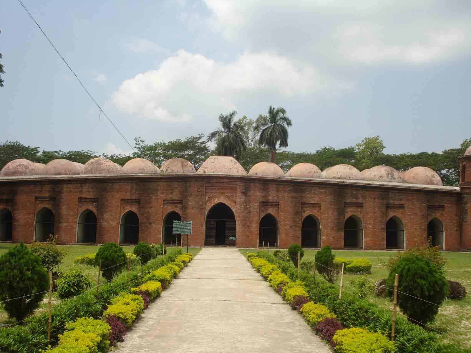 Cảnh quan xung quanh nhà thờ Bagerhat còn giữ được khá nguyên vẹn, cả ao hồ, cây cối..