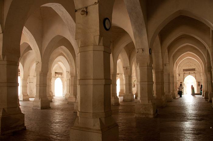 Kiến trúc bên trong nhà thời với tường ốp đá sa thạch láng mịn và chạm khắc hoa văn trang trí.