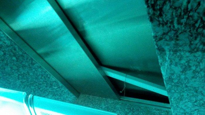 Cửa thang bật ra khiến nam sinh ngã vào trong, rơi tự do từ tầng 5.