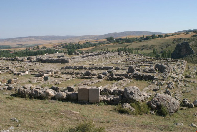 Đầu thế kỷ 20, các nhà khảo cổ đã tìm thấy những dấu vết của nền văn minh Hittite và cũng từ đây các cuộc khai quật được thực hiện. Đống đổ nát của Hattusa - thủ đô của đế quốc Hittite đã được phát hiện tại một địa điểm cách Ankara 150km về phía Đông.