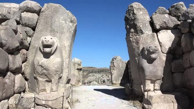 Dù đã bị thời gian tàn phá, những gì còn lại của Hattusa là minh chứng cho sự tồn tại của một thành phố được xây dựng rất quy củ với các tòa nhà kiên cố bằng đá, các đền đài tráng lệ.