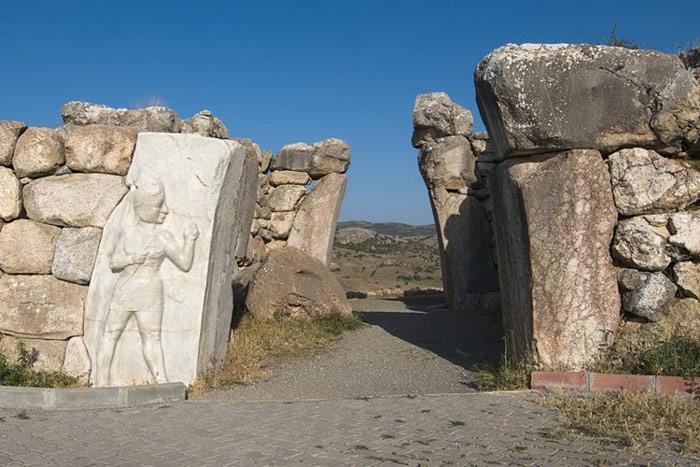 Thành phố này rất nổi tiếng với những trụ cổng phù điêu, được tạo tác từ những khối đá nặng hàng tấn.