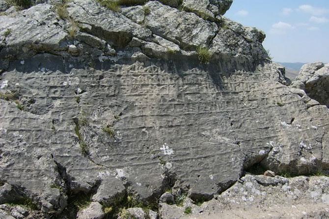 Nhưng di sản vĩ đại nhất mà các nhà khảo cổ tìm được ở thành phố này là khoảng 30.000 phiến đá có khắc chữ Hittite.