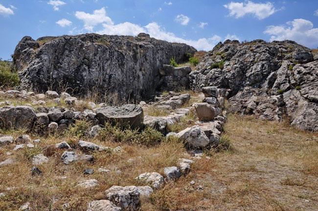 Hattusa đã hưng thịnh trong nhiều thế kỷ, là nơi sinh sống của khoảng 50.000 vào lúc phát triển nhất. Sau đó, thành phố này dần dần suy tàn và hoang phế cùng với sự diệt vong của đế chế Hittite khoảng 1.200 năm TCN.