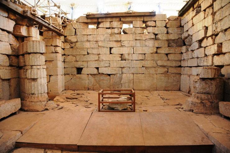 Điện thờ này có kiến trúc rất đặc biệt, là sự kết hợp của các kiến trúc Doric, Lonic và Corinth. Thực tế, những cột trụ trang trí kiểu Corinth ở đây là những mẫu lâu đời nhất trên thế giới.