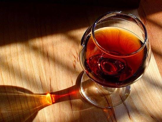 Thường mọi người hay nghĩ một ly rượu mạnh, nóng có thể giúp bạn giữ ấm trong thời tiết buốt giá, nhưng thực tế không phải vậy. Đúng là các thức uống ấm thực sự làm tăng thân nhiệt và giúp bạn chống đỡ cái lạnh, song rượu không nằm trong số này. Rượu hoàn toàn không có tác dụng gì tốt nếu bạn uống lúc lạnh. Nó sẽ làm giảm thân nhiệt.