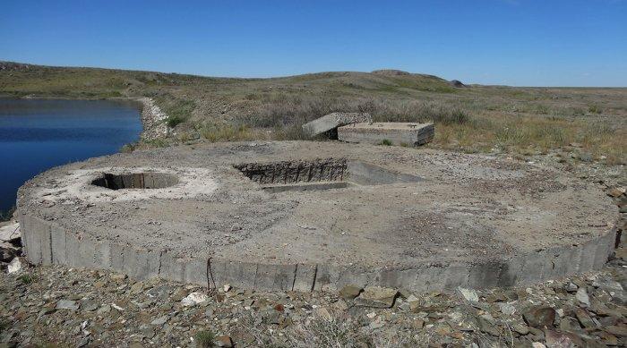 Boongke bê tông gần hồ nước.