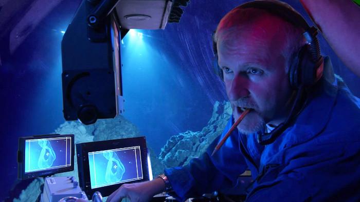 Đạo diễn James Cameron trong chuyến thám hiểm bằng tàu ngầm xuống khe vực Mariana.