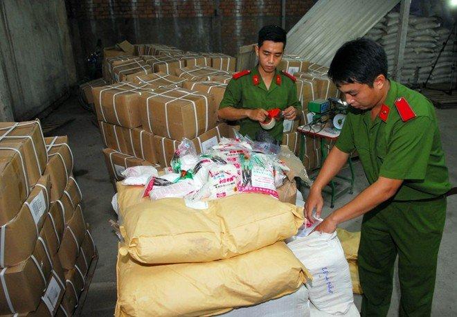 Phát hiện 5 tấn đường hóa học và chất tạo ngọt sản xuất trái phép tại kho của Công ty Việt Nhật.