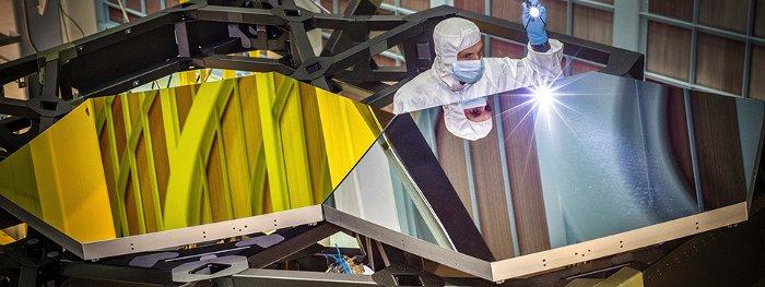 Các nhà khoa học đang cẩn thận kiểm tra chất lượng gương trên kính viễn vọng.