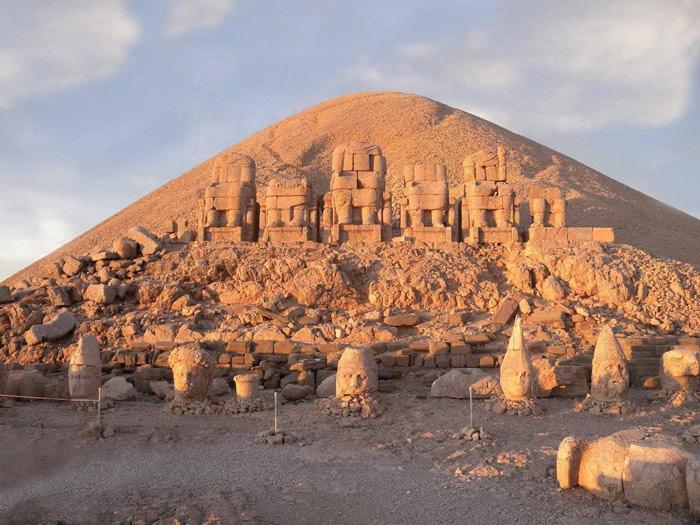 Nemrut là một ngọn núi có độ cao 2.134m so với mực nước biển, nằm gần thành phố Adiyaman, Đông Nam Thổ Nhĩ Kỳ.