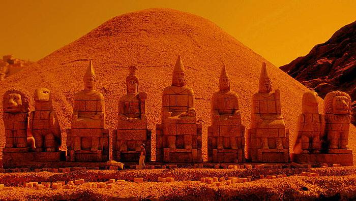 Năm 62 trước công nguyên, vua Antichous I của Commagene cho xây một ngôi điện thờ kiêm lăng mộ cho chính mình, bao quanh bởi rất nhiều những bức tượng gồm: tượng của chính ông, hai chú sư tử, hai chú đại bàng cùng rất nhiều vị thần Hy Lạp và Ba Tư.