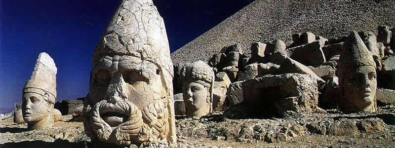 Sau nhiều những thế kỷ chịu gió mưa, phần đầu của các tượng đều tách rời khỏi thân mình, lăn lóc khắp chung quanh một cách lạ lùng.