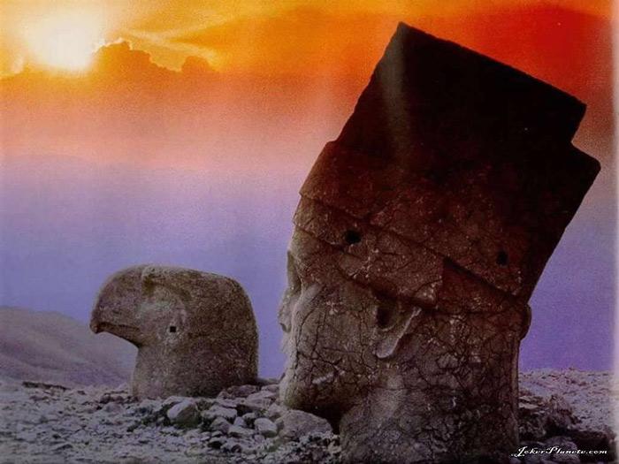 Tên tuổi của mỗi pho tượng thần đều có thể dựa vào lời văn khắc trên bia để xác nhận. Sự phân biệt các thần được khắc nổi cạn trên vách đá, cũng có thể phân biệt như thế.