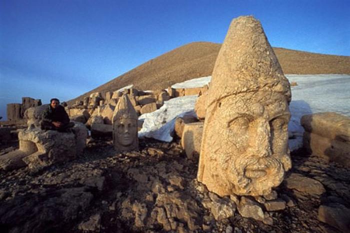 Trên đó, có khắc tổ tiên của Antochous là người Macedonia và người Ba Tư. Trước mặt mỗi pho tượng thần, đều có tế đàn dùng để thắp hương.