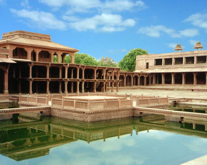 Thành Fatehpur Sikri được bao bọc bởi những bức tường có chiều dài 6 km, xen kẽ những bức tường này là những tòa tháp và 7 cổng chính để ra vào thành.