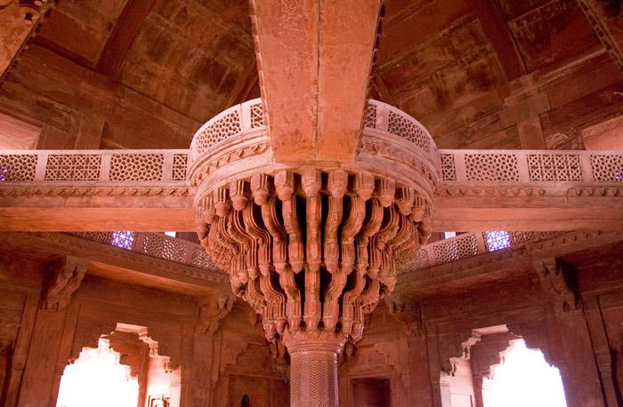 Trong thành có những ngôi đền và tượng đài lớn được xây dựng rất quy mô, hoành tráng và có kiến trúc phức tạp.