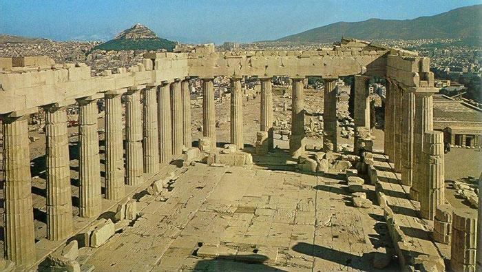 Đền Parthenon được xây dựng hoàn toàn từ đá cẩm thạch Pentelic có màu sắc tươi sáng, riêng mái nhà và trần nhà được chạm khắc từ gỗ Cypress có mùi thơm.