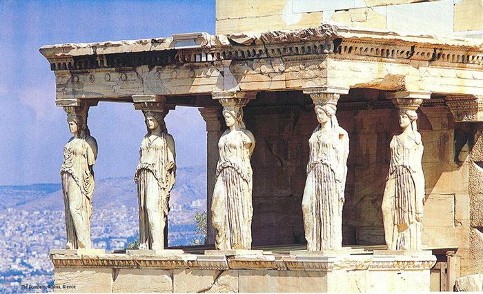 Kiến trúc đền Parthenon khá đặc biệt với chiều rộng khác thường nhằm tạo không gian lớn cho bức tượng nữ thần Athena.