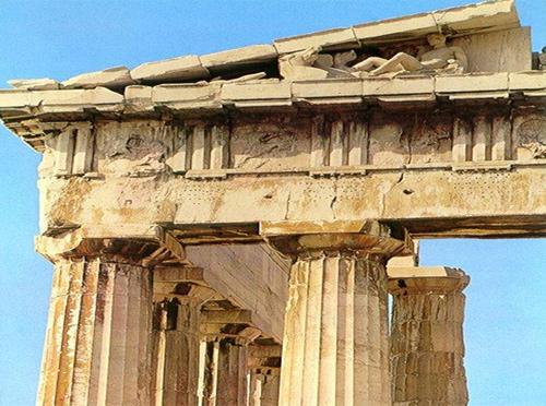 Bức tượng thần Athena được chế tác từ vàng và ngà voi do kiến trúc sư tài danh Phidias thực hiện.