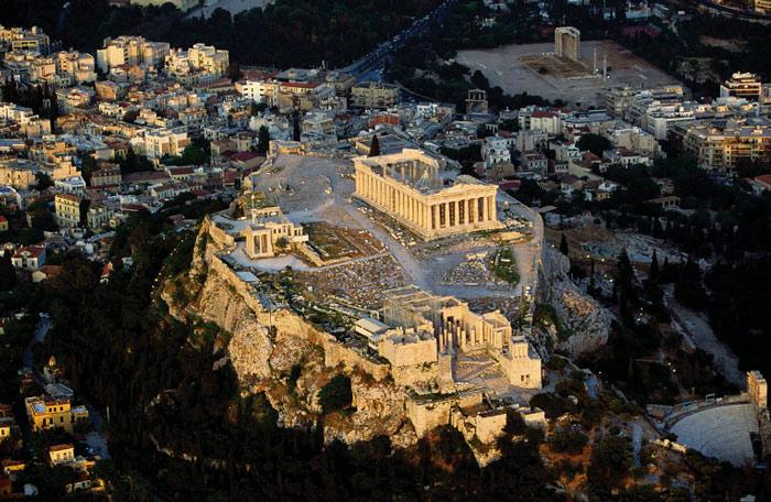 Acropolis tại Athens nằm ở độ cao 150 mét so với mực nước biển, còn được gọi là Cecropia, theo vị vua đầu tiên của Athena