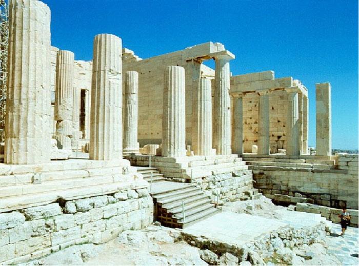 Cổng Propylaia được xây dựng bằng đá cẩm thạch xám và trắng