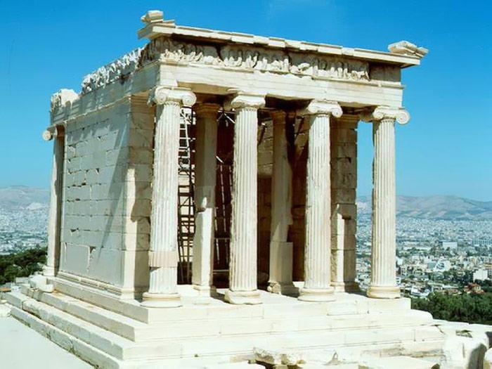 Đền thờ Athena Nike lại được xây dựng từ chất liệu là đá cẩm thạch, kích thước đền khá nhỏ nên dễ dàng đặt ở đầu mũi đá chênh vênh, vị trí ưa thích của nữ thần Athena.