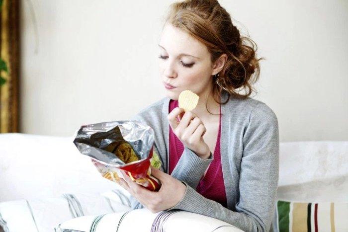 Để nhiều thức ăn ở gần thì con người càng có xu hướng ăn nhiều.