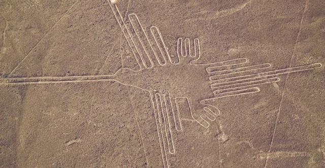 Một hệ thống đường kẻ cổ đại kéo dài hơn 50 dặm khiến nhiều thế hệ các nhà khảo cổ học kinh ngạc. Bên cạnh những đường nét và hình thù đơn giản còn có những hình vẽ động vật, chim và con người. Kích thước khổng lồ của những hình vẽ này cho thấy chúng chỉ có thể được xem và đánh giá cao từ trên cao, nhưng không có bằng chứng rằng người Nazca đã phát minh ra máy bay.