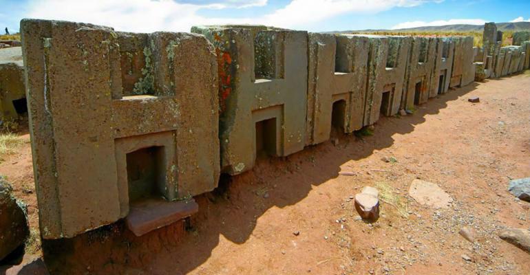 Puma Punku là một khu di tích với nhiều khối đá được chạm khắc cầu kỳ nằm rải rác. Những tác phẩm chính xác trên trên một quy mô lớn như vậy gần như không thể thực hiện được nếu không có các công cụ và máy móc hiện đại, trong khi đây là những tàn tích đã hơn 1.000 năm tuổi.
