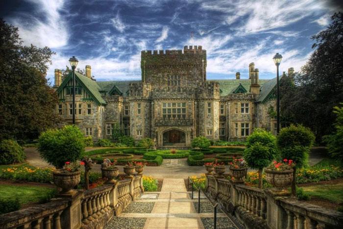 Rất nhiều người bao gồm sinh viên và du khách khi tham quan lâu đài đều khẳng định từng nhìn thấy những bóng trắng xuất hiện quanh cửa sổ, quan sát hoạt động của mọi người nhưng không tìm ra được đó là ai.