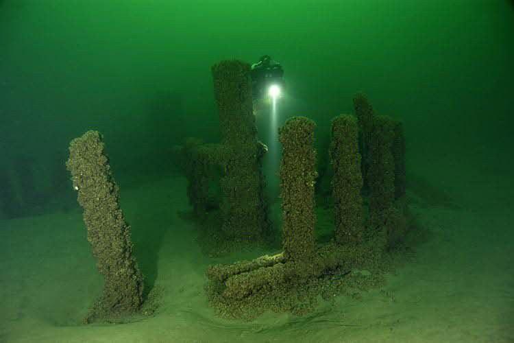 Dưới đáy nước của hồ Michigan, người ta đã tìm ra những kiến trúc bằng đá tảng khá giống với hình thức của kỳ quan đá cổ đại Stonehenge ở nước Anh.