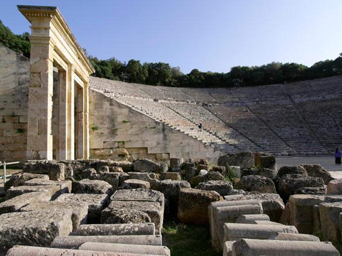 Theo tư liệu ghi chép thì nhà hát Epidaurus được xây dựng vào thế kỷ thứ 4 trước công nguyên với 55 hàng ghế xếp thành hình bán nguyệt.