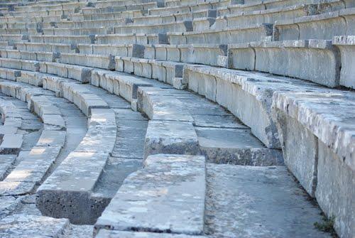 Cách thiết kế những bậc thang chính là chìa khóa giúp lọc tạp âm và khuếch tán âm thanh, mang lại chất lượng âm thanh hoàn hảo cho nhà hát cổ đại nổi tiếng này.
