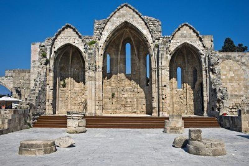 Ngày nay, đảo Rhodes còn lưu giữ được rất nhiều di tích lịch sử có từ thời Trung cổ như thành Lindos, thành Rhodes, đền thờ Apollo, Dinh thống đốc, lâu đài Monolithos và lâu đài Kritina, đặc biệt là khu phố cổ Rhodes