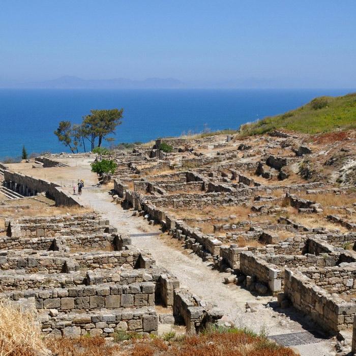 Hòn đảo này được cả thế giới biết đến bởi đây là hòn đảo lớn nhất thuộc quần đảo Dodecanese, hòn đảo này không chỉ có lịch sử dâu dài mà trên hết nó là nơi sở hữu một trong bảy kỳ quan của thế giới cổ đại – Tượng thần mặt trời Rhodes hay còn gọi là Tượng thần Helios.